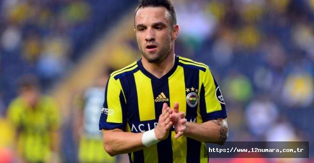 Fenerbahçeli Mathieu Valbuena imzayı atıyor