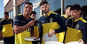 Futbolcularımız öğle yemeğinde barbekü keyfi yaptı..