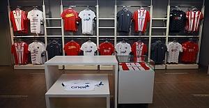 Süper Lig ekiplerinin formaları Maraton Alt Fenerium'da satışta..